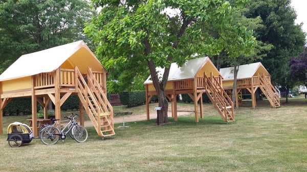Tentes surélevées et abricyclos © Camping de Gien