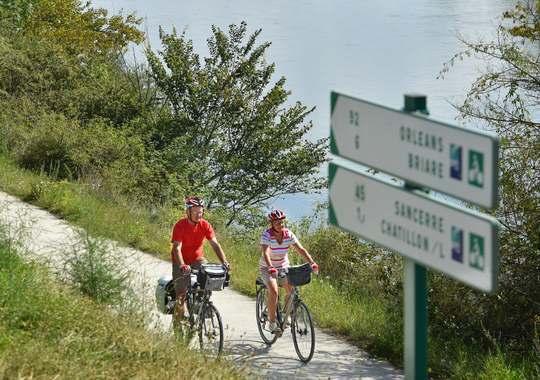 Cyclotouristes sur les bords de Loire, à Châtillon-sur-Loire