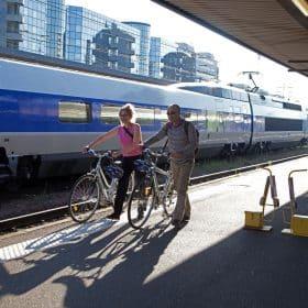 Couple de cyclotouristes devant un TGV, à la gare de Tours © P.Forget - CRT Centre-Val de Loire